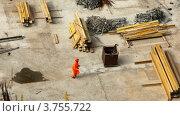 Купить «Рабочий на строительстве среди материалов», видеоролик № 3755722, снято 28 ноября 2011 г. (c) Losevsky Pavel / Фотобанк Лори