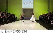 Купить «Девочки в зимней одежде на подиуме», видеоролик № 3755854, снято 9 сентября 2011 г. (c) Losevsky Pavel / Фотобанк Лори