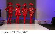 Купить «Женщины в красных костюмах от Славы Зайцева в Москве, премьера коллекции», видеоролик № 3755962, снято 10 сентября 2011 г. (c) Losevsky Pavel / Фотобанк Лори