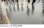 Купить «Ноги бегущих марафон людей на  XXX Moscow International Peace Marathon», видеоролик № 3755990, снято 28 сентября 2011 г. (c) Losevsky Pavel / Фотобанк Лори