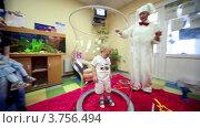 Купить «Клоун развлекает детей», видеоролик № 3756494, снято 22 декабря 2011 г. (c) Losevsky Pavel / Фотобанк Лори