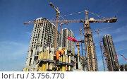 Купить «Строительная площадка комплекса многоквартирных домов летом», видеоролик № 3756770, снято 22 августа 2011 г. (c) Losevsky Pavel / Фотобанк Лори