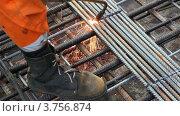 Купить «Сварщик работает с металлическими прутьями», видеоролик № 3756874, снято 27 августа 2011 г. (c) Losevsky Pavel / Фотобанк Лори