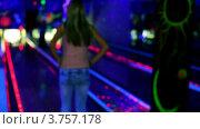 Купить «Девушка стоит на фоне дорожки в боулинг клубе и держит шар в руках, а затем бросает его», видеоролик № 3757178, снято 26 декабря 2011 г. (c) Losevsky Pavel / Фотобанк Лори