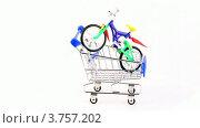 Купить «Два игрушечных велосипеда в магазинной тележке», видеоролик № 3757202, снято 27 октября 2011 г. (c) Losevsky Pavel / Фотобанк Лори
