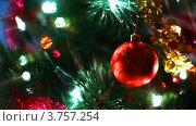 Купить «Игрушечный стеклянный шар висит на ветках новогодней елки, переливающейся огнями», видеоролик № 3757254, снято 30 сентября 2011 г. (c) Losevsky Pavel / Фотобанк Лори