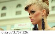 Купить «Блондинка с оригинальной прической на XVII Международном фестивале Мир красоты 2010», видеоролик № 3757326, снято 25 сентября 2011 г. (c) Losevsky Pavel / Фотобанк Лори