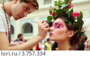Купить «Визажист накладывает макияж модели с оригинальной прической на XVII Международном фестивале Мир красоты 2010», видеоролик № 3757334, снято 30 сентября 2011 г. (c) Losevsky Pavel / Фотобанк Лори