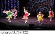 Купить «Детский ансамбль в народных костюмах выступает на сцене», видеоролик № 3757922, снято 25 декабря 2011 г. (c) Losevsky Pavel / Фотобанк Лори