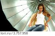 Купить «Девушка с длинными волосами и в джинсах вращается на стуле на фоне отражателя в фотостудии», видеоролик № 3757958, снято 30 ноября 2011 г. (c) Losevsky Pavel / Фотобанк Лори