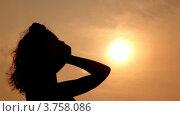 Купить «Силуэт женщины на фоне вечернего неба. Поправляет волосы», видеоролик № 3758086, снято 3 ноября 2011 г. (c) Losevsky Pavel / Фотобанк Лори
