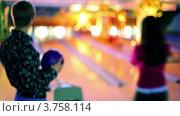 Купить «Девушка играет в боулинг», видеоролик № 3758114, снято 15 мая 2011 г. (c) Losevsky Pavel / Фотобанк Лори