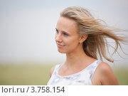 Портрет светловолосой женщины с летящими волосами. Стоковое фото, фотограф Михеев Павел / Фотобанк Лори