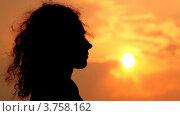 Купить «Силуэт женщины на фоне вечернего неба», видеоролик № 3758162, снято 4 ноября 2011 г. (c) Losevsky Pavel / Фотобанк Лори