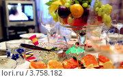 Купить «Ваза с фруктами и различные закуски на столе», видеоролик № 3758182, снято 5 ноября 2011 г. (c) Losevsky Pavel / Фотобанк Лори