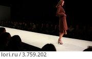 Купить «Дефиле на подиуме», видеоролик № 3759202, снято 6 ноября 2011 г. (c) Losevsky Pavel / Фотобанк Лори