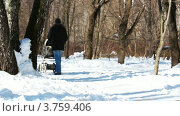 Купить «Отец с ребенком в коляске идет через лес», видеоролик № 3759406, снято 1 сентября 2011 г. (c) Losevsky Pavel / Фотобанк Лори