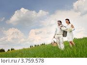 Молодожены стоят на склоне холма. Стоковое фото, фотограф Алексей Казнадей / Фотобанк Лори