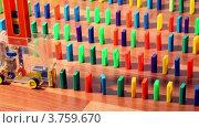 Купить «Мужчина включает игрушечную машину, она движется и расставляет домино», видеоролик № 3759670, снято 16 октября 2011 г. (c) Losevsky Pavel / Фотобанк Лори