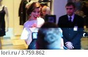 Купить «Милла Йовович позирует для фотографов и журналистов в ТЦ Вегас», видеоролик № 3759862, снято 30 сентября 2011 г. (c) Losevsky Pavel / Фотобанк Лори