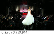 Купить «Модель в длинном свадебном платье с гофрированной юбкой на подиуме», видеоролик № 3759914, снято 9 октября 2011 г. (c) Losevsky Pavel / Фотобанк Лори