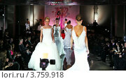 Купить «Модели в свадебных платьях на подиуме на Вечере французской моды», видеоролик № 3759918, снято 9 октября 2011 г. (c) Losevsky Pavel / Фотобанк Лори