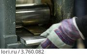 Купить «Человек неоднократно вставляет металлические пластины в станок», видеоролик № 3760082, снято 31 августа 2011 г. (c) Losevsky Pavel / Фотобанк Лори