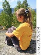 Одинокая девушка сидит на скале (2012 год). Редакционное фото, фотограф Пашка Харлов / Фотобанк Лори