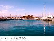 Купить «Старая крепость и яхты в порту Антиб, Лазурное побережье Франции», фото № 3762610, снято 12 июня 2010 г. (c) ElenArt / Фотобанк Лори