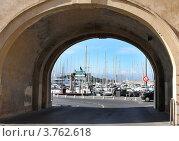 Купить «Вид на порт Антиб через Арку, Франция», фото № 3762618, снято 12 июня 2010 г. (c) ElenArt / Фотобанк Лори