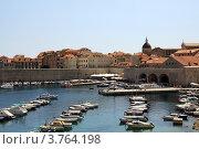 Вид на морской порт в старом городе, дубровник,хорватия (2011 год). Редакционное фото, фотограф Elena Guseva / Фотобанк Лори
