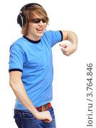 Купить «Парень в синей футболке танцует», фото № 3764846, снято 14 июня 2012 г. (c) Sergey Nivens / Фотобанк Лори