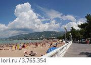 Купить «Пейзаж с городским пляжем и набережной , Геленджик», фото № 3765354, снято 29 января 2020 г. (c) Игорь Архипов / Фотобанк Лори