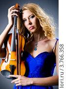 Купить «Красивая блондинка в синем платье держит смычок и скрипку», фото № 3766358, снято 12 июня 2012 г. (c) Elnur / Фотобанк Лори