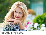 Красивая блондинка в саду. Стоковое фото, фотограф Екатерина Штерн / Фотобанк Лори