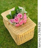 Свадебный букет из роз на плетёной корзинке. Стоковое фото, фотограф Алексей Казнадей / Фотобанк Лори