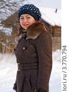Купить «Молодая женщина на фоне деревенского дома», фото № 3770794, снято 9 января 2009 г. (c) Александр Лядов / Фотобанк Лори