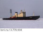 Ледокол на ледяном фарватере (2006 год). Редакционное фото, фотограф Vladimir Pen / Фотобанк Лори