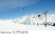Купить «Лыжники съезжают с горы на лыжах и поднимаются на гору Tiefenbachkogl на фуникулере, таймлапс», видеоролик № 3773610, снято 1 марта 2012 г. (c) Losevsky Pavel / Фотобанк Лори