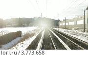 Купить «Поезд идет по железной дороге рядом с населенным пунктом,  вдоль линий электропередач, таймлапс», видеоролик № 3773658, снято 1 марта 2012 г. (c) Losevsky Pavel / Фотобанк Лори