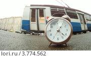 Купить «Стрелки будильника отсчитывают время на фоне городского транспорта, таймлапс», видеоролик № 3774562, снято 24 января 2012 г. (c) Losevsky Pavel / Фотобанк Лори