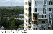 Купить «Рабочие ставят окна в новом доме, таймлапс», видеоролик № 3774622, снято 24 января 2012 г. (c) Losevsky Pavel / Фотобанк Лори