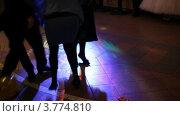 Купить «Люди на дискотеке лопают воздушные шары ногами», видеоролик № 3774810, снято 26 декабря 2011 г. (c) Losevsky Pavel / Фотобанк Лори