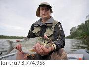 Рыболов держит рыбу (жереха) в руках. Крупный жерех. Стоковое фото, фотограф Алексей Попов / Фотобанк Лори