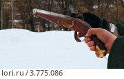 Купить «Человек держит в руках старый пистолет», видеоролик № 3775086, снято 13 декабря 2011 г. (c) Losevsky Pavel / Фотобанк Лори