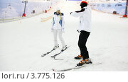 Инструктор по горным лыжам с ученицей. Стоковое видео, видеограф Losevsky Pavel / Фотобанк Лори