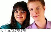 Купить «Молодой парень и девушка смотрят и улыбаются», видеоролик № 3775378, снято 18 января 2012 г. (c) Losevsky Pavel / Фотобанк Лори