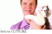 Купить «Молодой парень держит в руках котенка», видеоролик № 3775382, снято 16 января 2012 г. (c) Losevsky Pavel / Фотобанк Лори