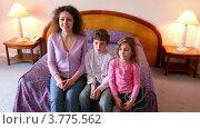 Купить «Мама с сыном и дочкой сидят на кровати и смотрят телевизор», видеоролик № 3775562, снято 12 марта 2012 г. (c) Losevsky Pavel / Фотобанк Лори