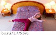 Купить «Молодая женщина запрыгивает на кровать, вид сверху», видеоролик № 3775570, снято 20 марта 2012 г. (c) Losevsky Pavel / Фотобанк Лори